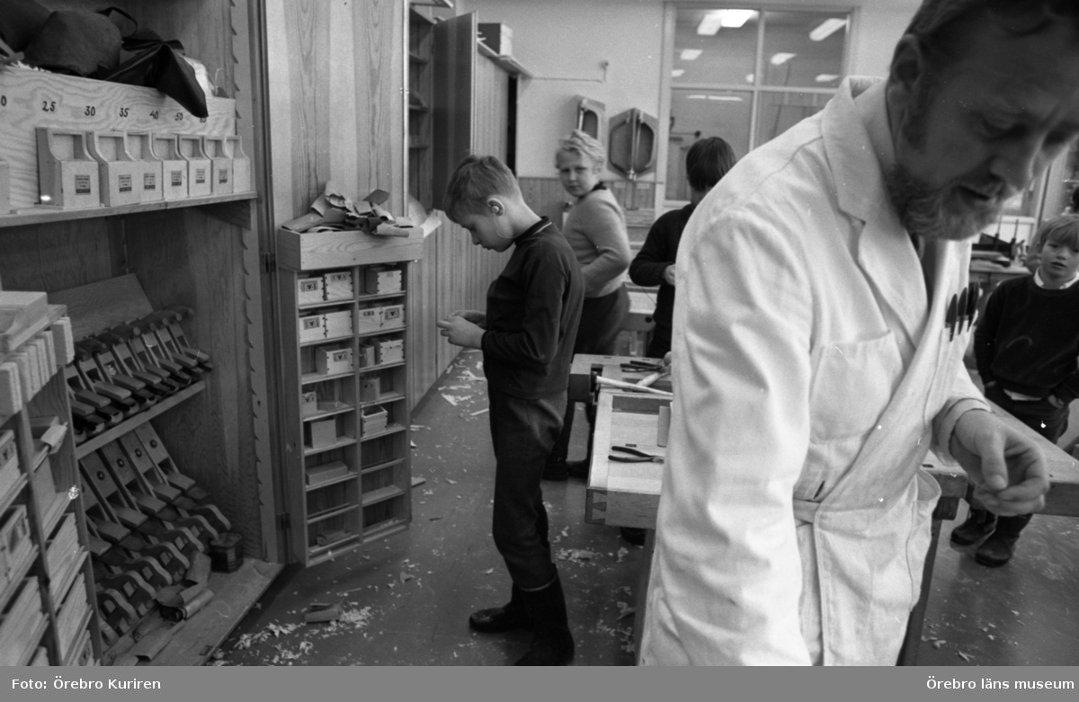 Hörselskadade integreras 24 mars 1970I en skolsal har elever undervisning i träslöjd. Läraren har vit rock.
