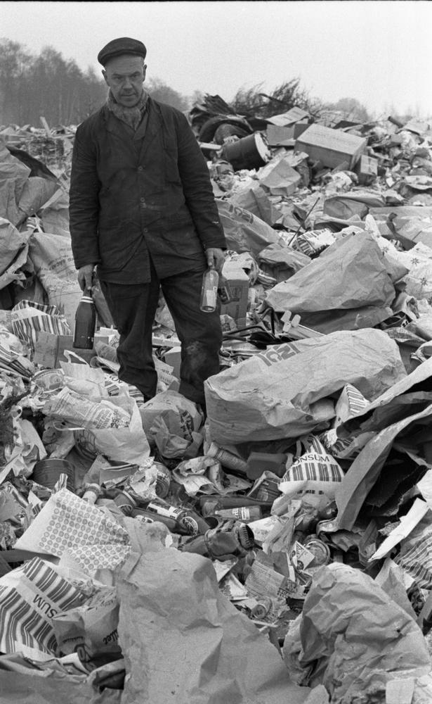 Engångsglas soptippsbesvär 11 januari 1966Man i arbetskläder står på sopptipp omgiven av sopor