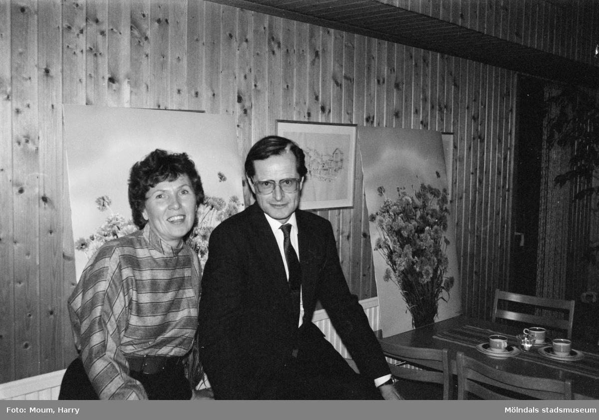 Förre arbetsmarknadsministern Ingemar Eliasson på besök i Kållereds Missionskyrkas fritidsgård, år 1983.  För mer information om bilden se under tilläggsinformation.