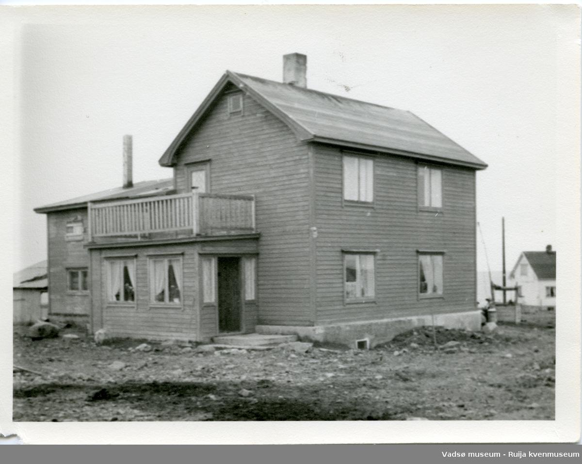 Ombygd Varangerhus i Skallelv. Tilbygget bak ble brukt som fjøs.