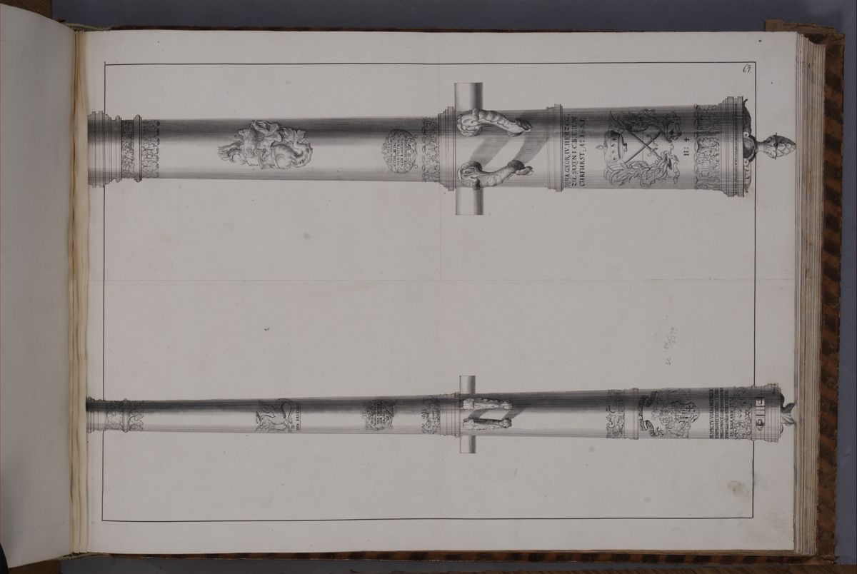 Avbildning föreställande eldrör tagna som troféer av den svenska armén med fästningen Kokenhusen 11 juli 1701. Ingår i volym med avbildade kanontroféer tagna åren 1700-1702.