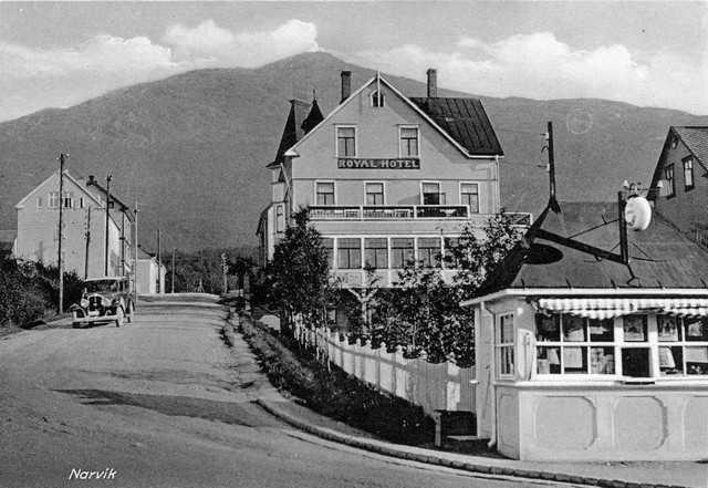 Royal hotell i Dronningens gate , Tøttaveien. Kongens gate i forgrunnen. Kiosk