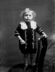 En liten pojke på en stol. Helge Hallberg, född 1911-12-10 v