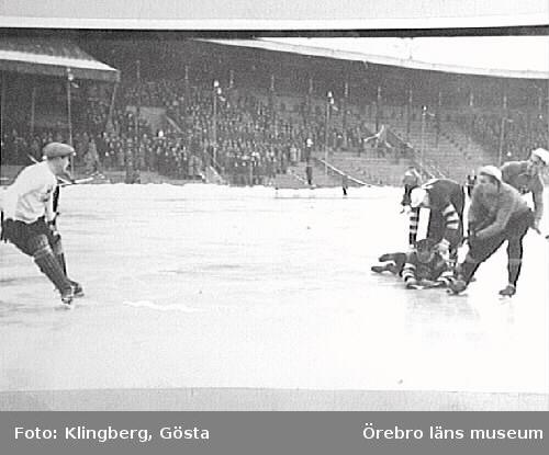 Bandymatch på Stockholms Stadion. Olle Sääv i kamp med Lill Sven. 1-0 på Reimers.