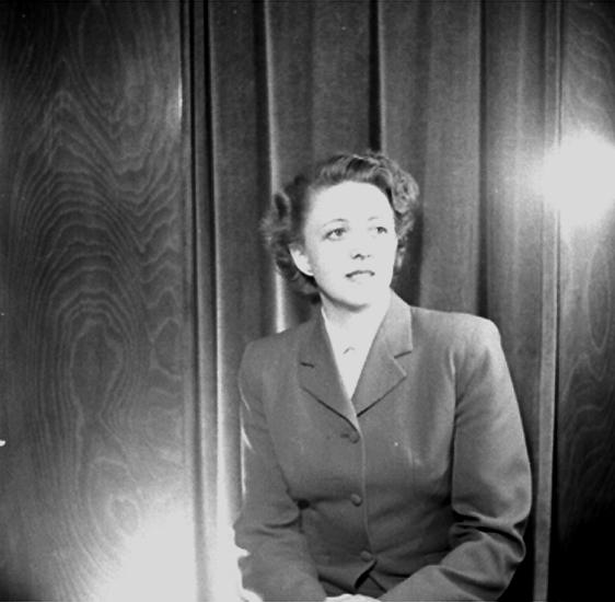 En kvinna.Kläder från Jörnstedts damekipering.