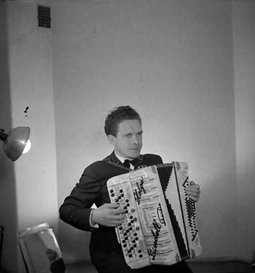En man med musikinstrument (dragspel).Holger Lindell