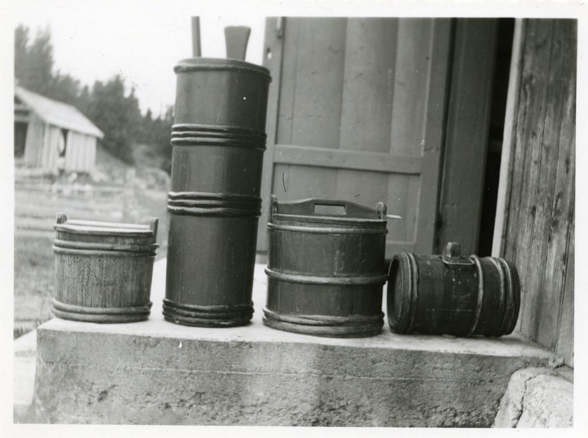 Fra venstre: Smørspann, stamkinne, rummespann og mjølkekagge i Lundetrøen på Svartsætra i Bagn og Reinli sameige, Sør-Aurdal