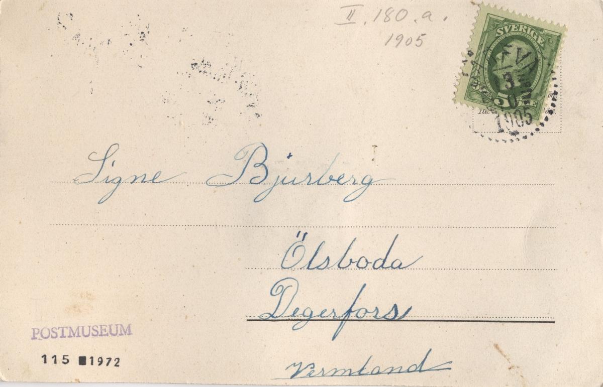Brevkort med motiv av en brevbärare med en öppningsbar postväska i vilken ett miniatyrbrev är placerat.