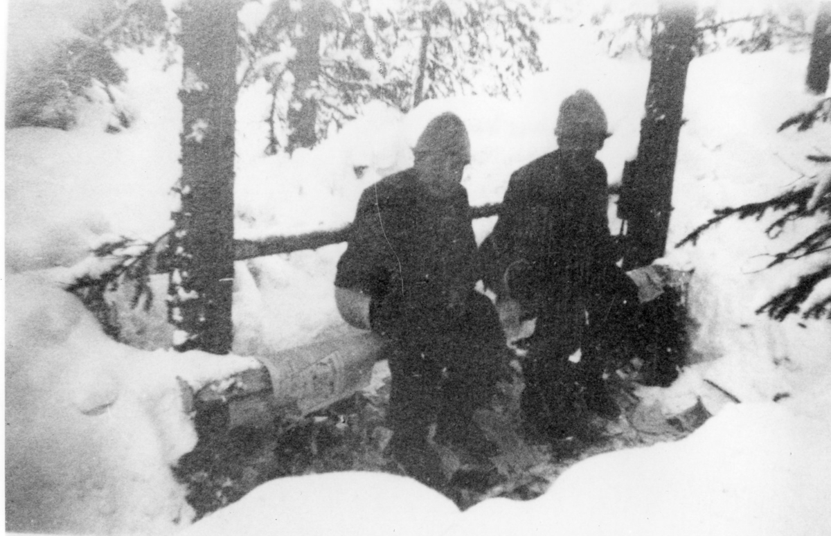 Dalamanövern, två soldater på latrinstång.