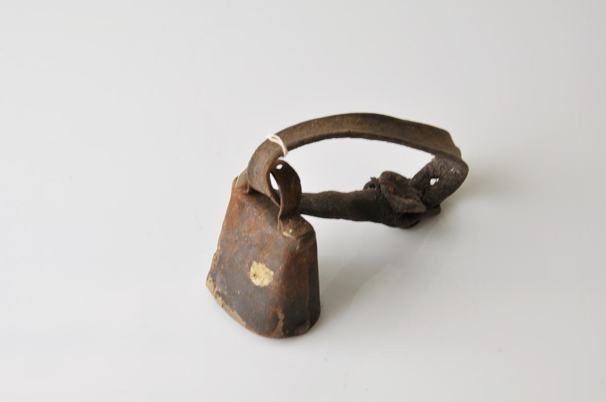 Form: Bjelle av metall, klave av lær.