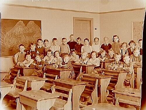 Klassrumsinteriör, elever med lärare.Fru Elsa Edberg, Sal 16, klass 2.Sam Lindskogs familjebild.