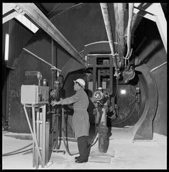Fabrikkmester Larsen foran brennkammer.