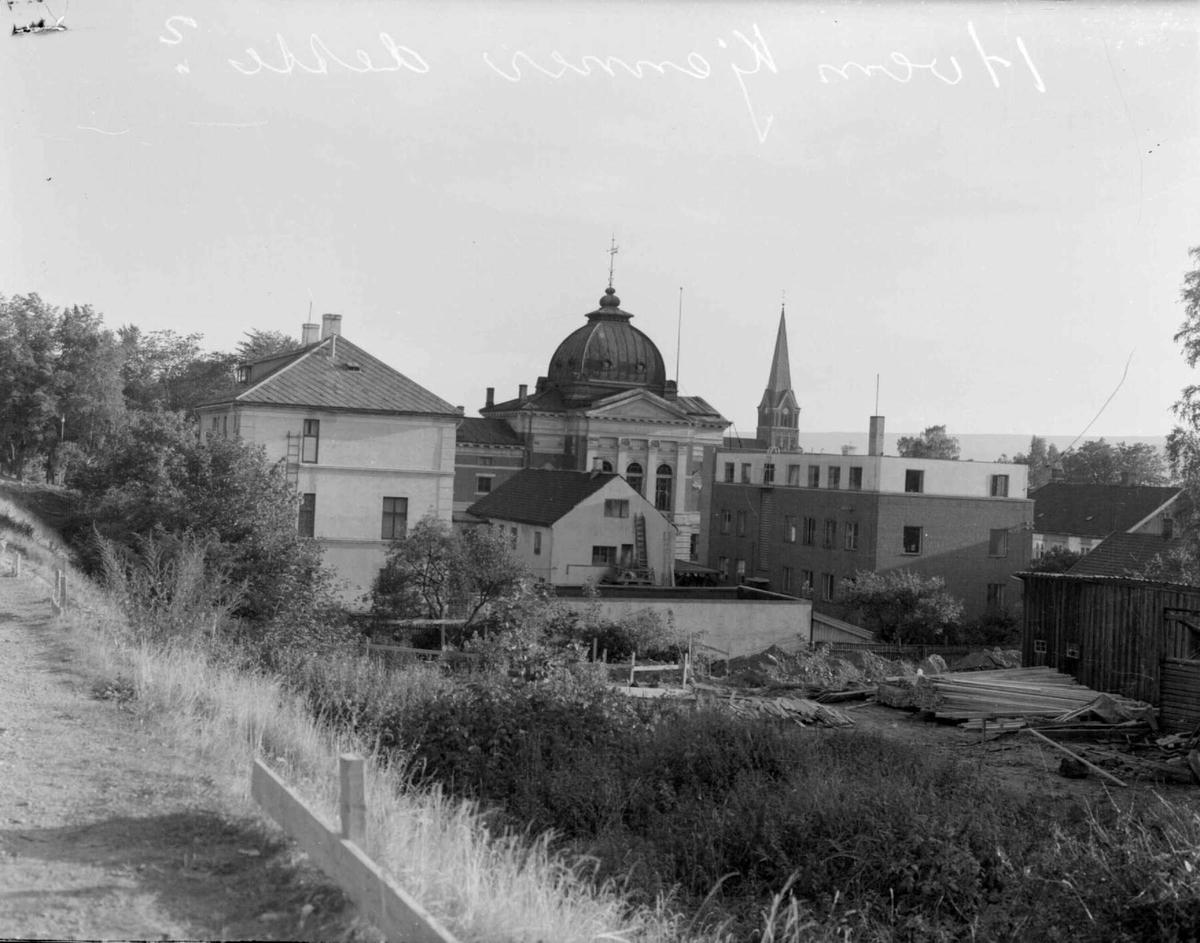 Mot Telegrafen, Banken, Kirken.