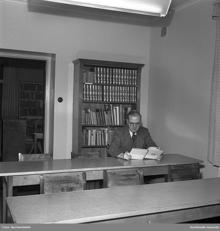 De tidigare arrestlokalerna i Skönsmon som stått tomma sedan 1948 har renoverats för att användas som studielokal vid bibliotekets filial på Skönsmon. På bilderna syns före detta polisman C.A. Carlsson, som är vaktmästare på biblioteket.