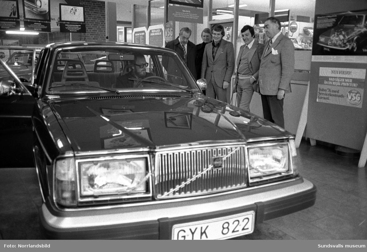 En ny Volvo 244 tilldrar sig stort intresse på Bilbolaget.