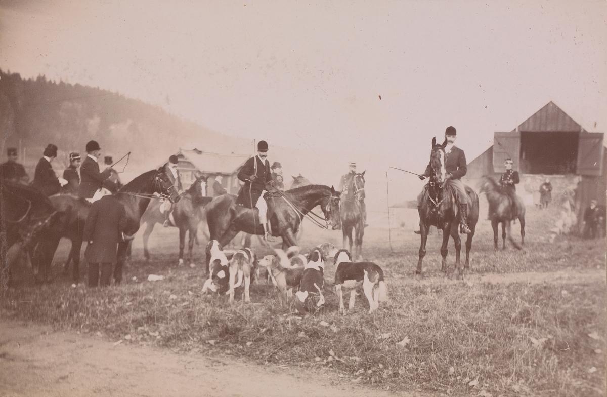 Jaktritt, ryttere, hester og hunder på gårdsplassen på Linderud.