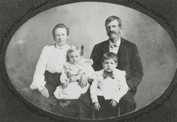 Familiebilde. Frå venstre Gurina Skårland Andersen og Martin