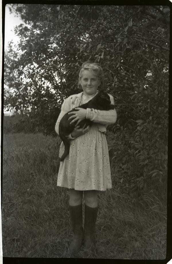 Berta netland g. Kalvik (1930 - 2000) med katten i armane.