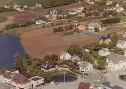 Kvitt hus til høgre for den runde dammen er Bryne bruk 1/263