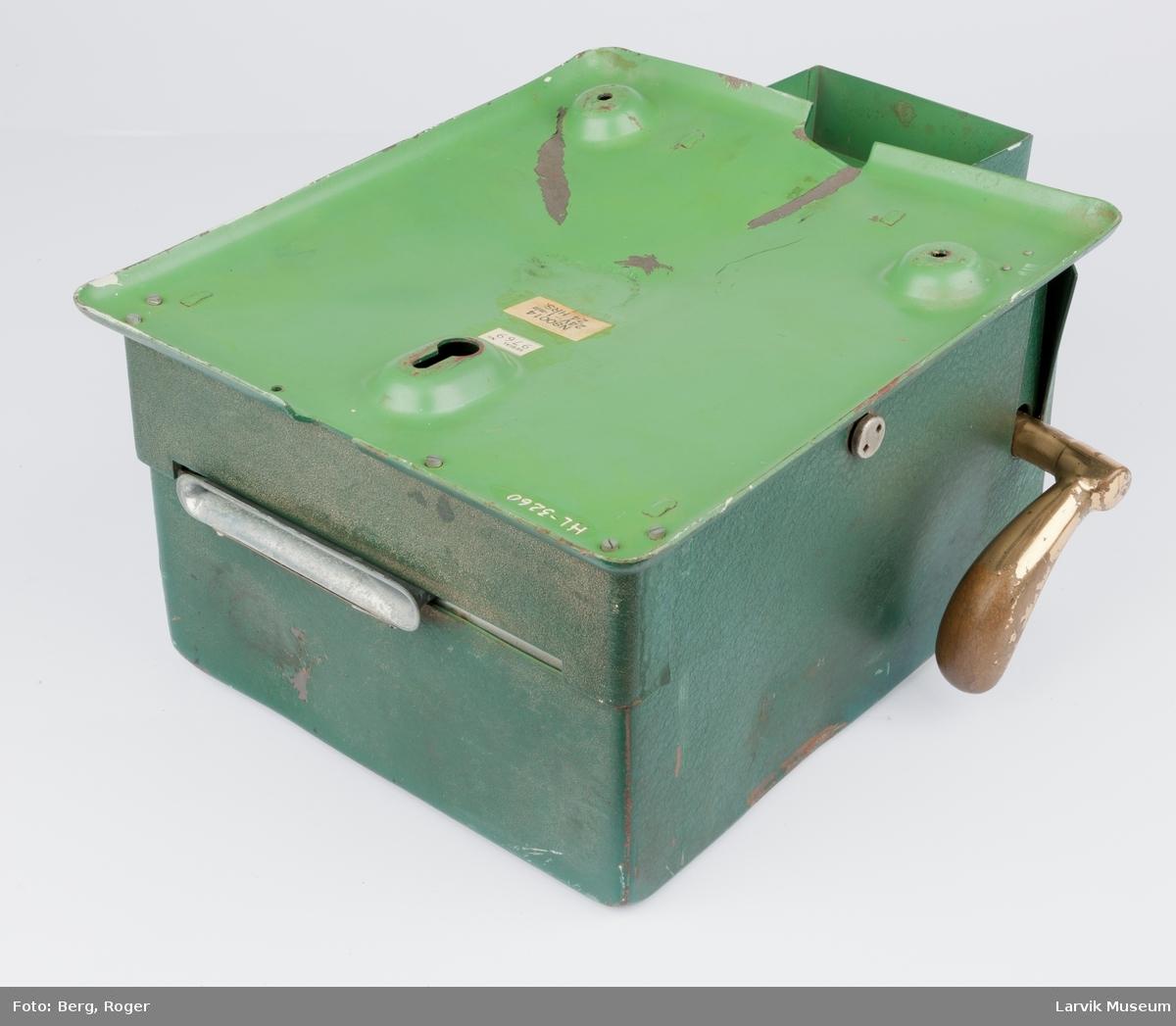 """20 forts. """"serial No.9769. N 80014 24u - 1-min. 24 HRS"""" messing håndtak på siden, rund urskive Yale, lås under urskiven, noe rust og bulker"""
