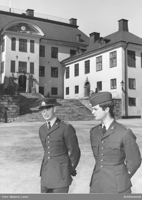 Dåvarande kronprinsen i uniform m/1960, senare kung Karl XVI Gustaf, i sällskap med officer utanför Karlberg.