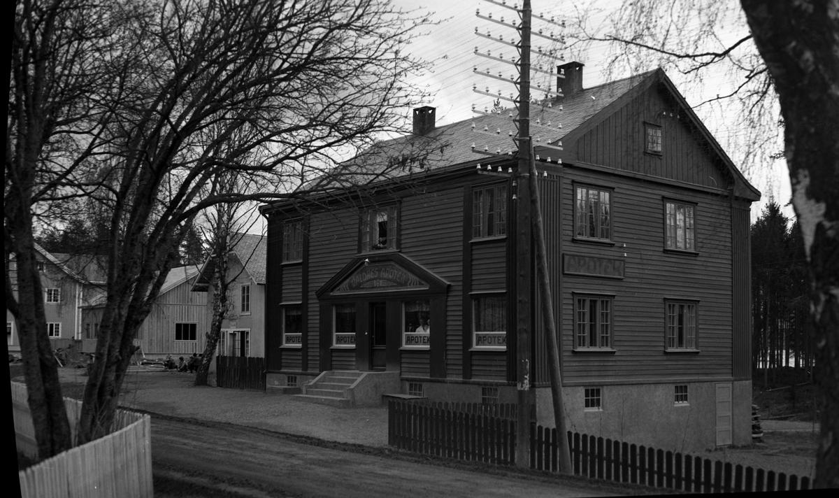 Apotekbygningen på Fagernes, bygget i 1925, og Kampen/Neste-gården helt til venstre