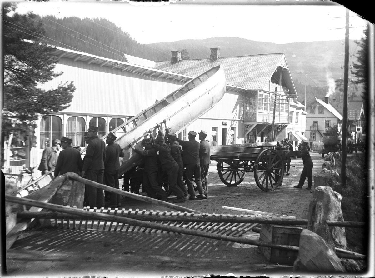Materialer og arbeidsredskaper i forbindelse med bygging av midlertidig bru over Neselva, etter brann i 1920