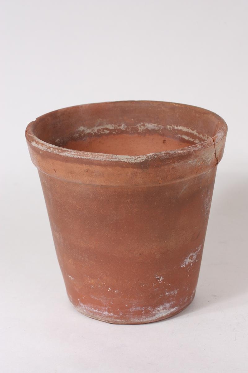 Form: Konveks form med  munningsrand forma som eit breitt utanpåliggande band. Potta har hol under botnen for avrenning av vatn.