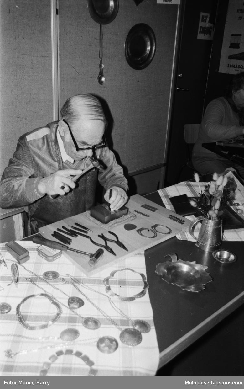 Lindome kulturdagar på Almåsgården i Lindome, år 1984. Metallhantverk.  För mer information om bilden se under tilläggsinformation.