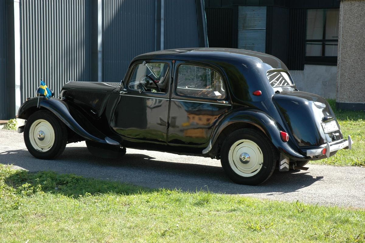 """Fyradörrars täckt personbil för 4 - 5 personer med pressad självbärande stålkaross. Framhjulsdrivning """"Traction Avant"""", individuell hjulupphängning, fjädring med torsionsupphängning, hydrauliska bromsar. Fyracylindrig bensinmotor med toppventiler. Effekt 56 hk vid 3 800 varv/minut. Cylindervolym 1911 cc. Tre växlar och backväxel. Registerplåt KGJ146."""