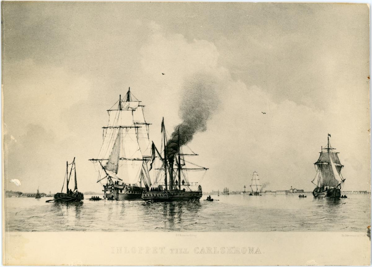 Reprofotografi efter en litografi som visar korvettens Carlskronas inlopp till Karlskrona. Bilden återge en panoramavy över Karlskronas hamn med livlig skeppstrafik. Runt korvetten kör flera mindre segelskepp och roddbåtar. I föregrund finns en hjulångare med riggning. I bakgrunden syns befästningsanläggningar.