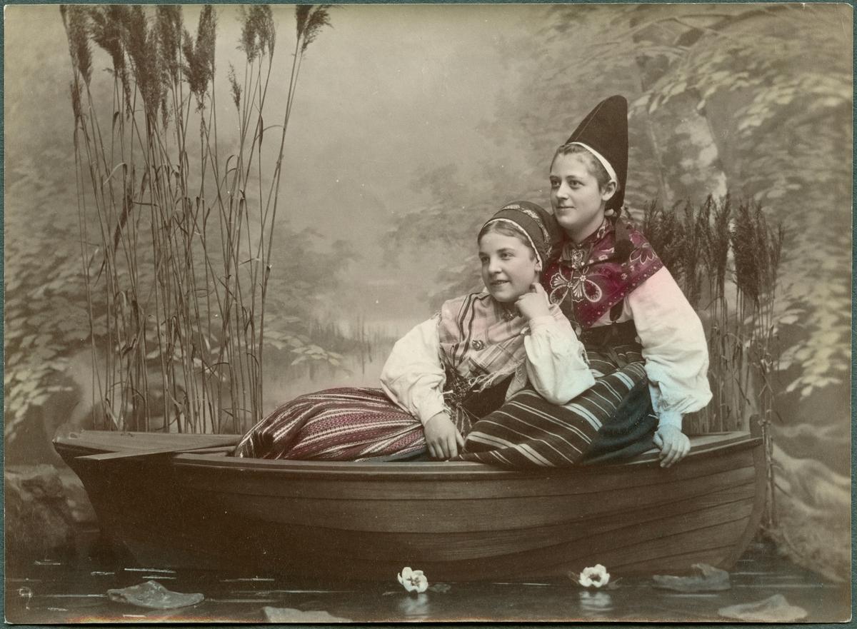 Ateljéporträtt av kvinnor i eka iklädda nationaldräkt.
