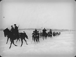 Projektionsbild. Militären åker skidor efter häst.