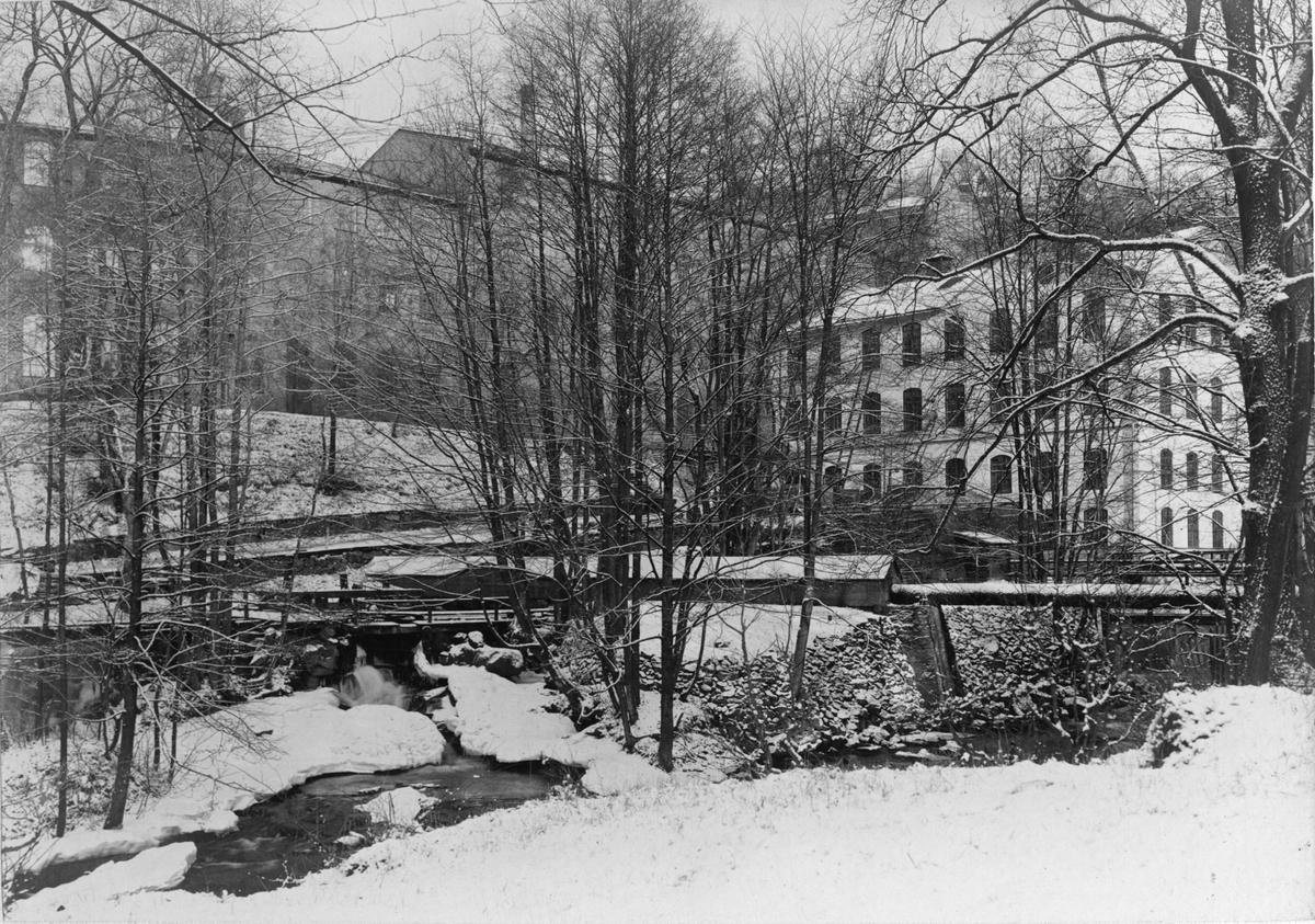 Jönköpings Gevärsfaktori grundades 1620 under Gustaf II Adolf. 1689 anläggs ett borrbruk i Huskvarna, varefter övrig verksamhet flyttar till samma plats. 1757 privatiseras faktoriet och får namnet Husqvarna Gevärsfaktori. Aktiebolaget Husqvarna Vapenfabriks Aktiebolag bildas 1867. Från och med 1870-talet börjar bolaget att tillverka andra produkter såsom symaskiner, spisar och andra hushållsartiklar, cyklar och motorcyklar. Idag är Husqvarna Group tillverkare av bland annat utomhusprodukter för trädgård, kaputrustning och diamantverktyg.