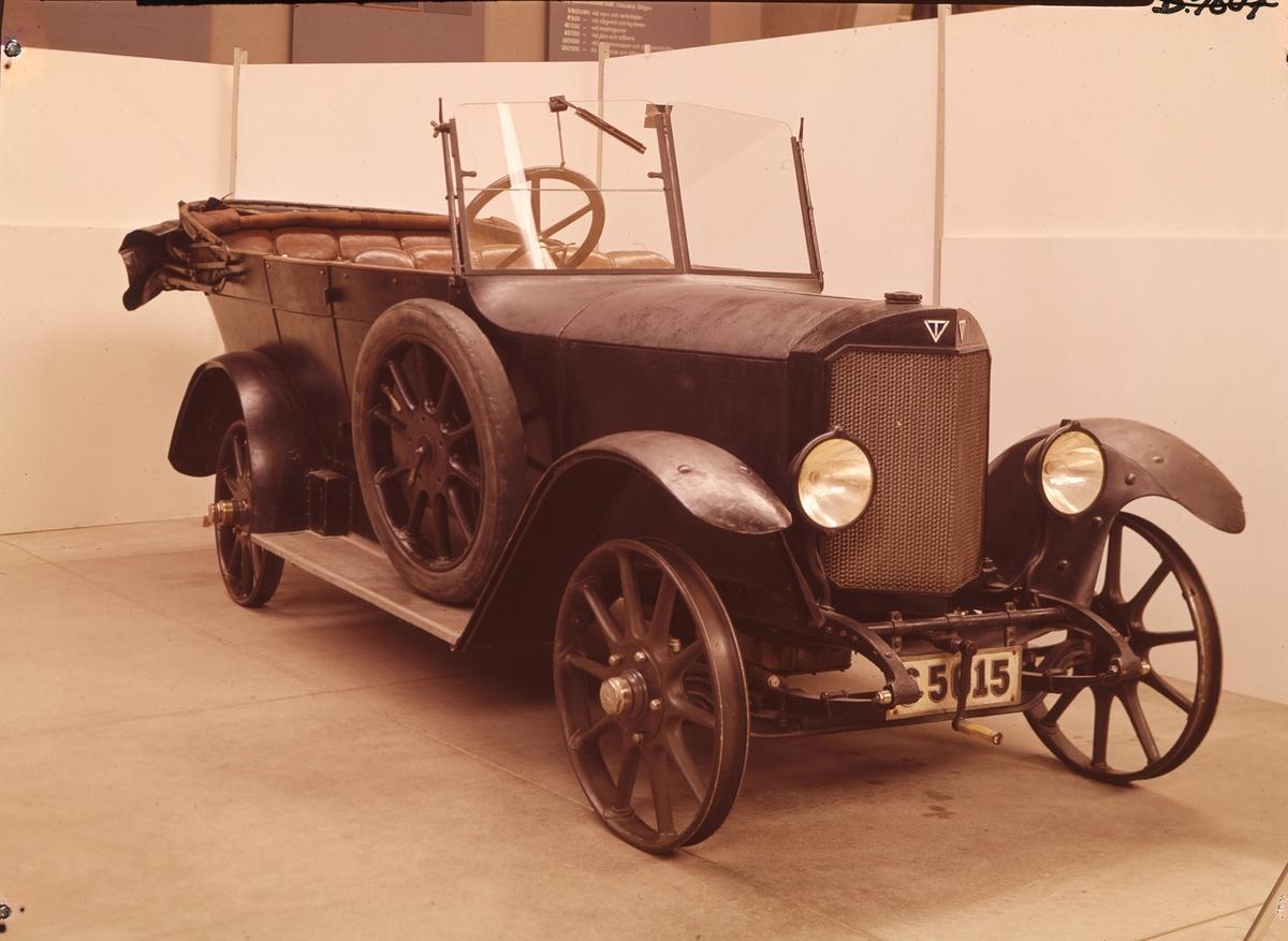 Fyrsitsig personbil. Phaeton-kaross av trä, med förebild från samtida tysk bilindustri, byggd av Waggonfabriken i Arlöv. A25 har utanpåliggande sufflett när den är nerfälld. Kardanbroms och handbroms på bakhjulen. Elstartmotor. Tysk Eisermanngenerator, Bosch magnetapparat och tysk Zenith förgasare. Motornummer 423.  Fyrcylindrig fyrtaktsmotor, slaglängd 110, cyl.diameter 64 mm Effekt 24 hk Tre växlar och backväxel Högsta fart 65 km/timmen Bensinåtgång vid 35 km/t ca 0.9 liter/mil  Trycksmorda ramlager, sidoställda cylindrar, in- och utloppsventiler lika, sidoställda drev med snedskurna kuggar ger tyst gång. Elbelysning med Eisermanngenerator och patenterad sparkoppling. Kulissrörelse för växelspaken. Hjul av pressad stålplåt. Tillbehör: TM 32.366 vindskydd.
