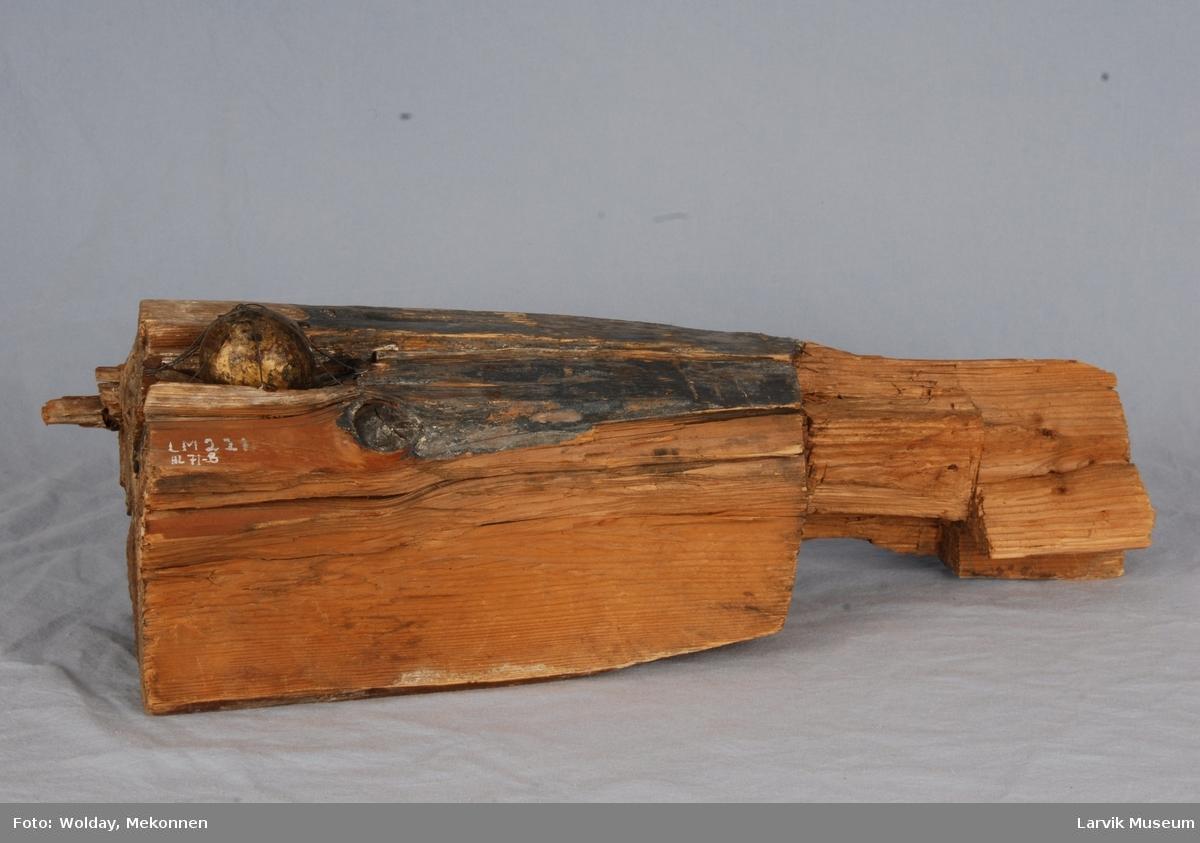 Støpt jernkule kanonkule festet til stokk med ståltråd ytterst på stokken et defekt laftehugg