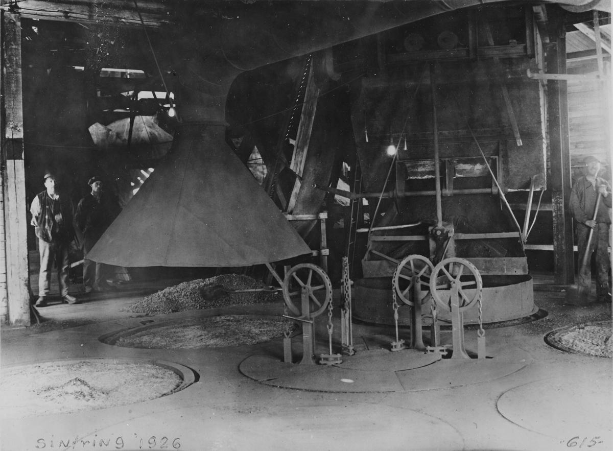 Interiör från sintringsverket vid Spännarhyttan 1926. Tillhör Surahammars Bruk.