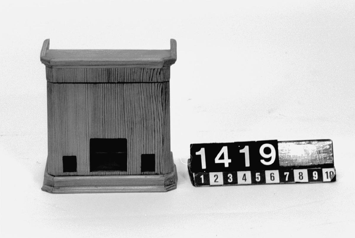 """Modell av kakelugn. Text på föremålet: """"D.b.B.8."""""""