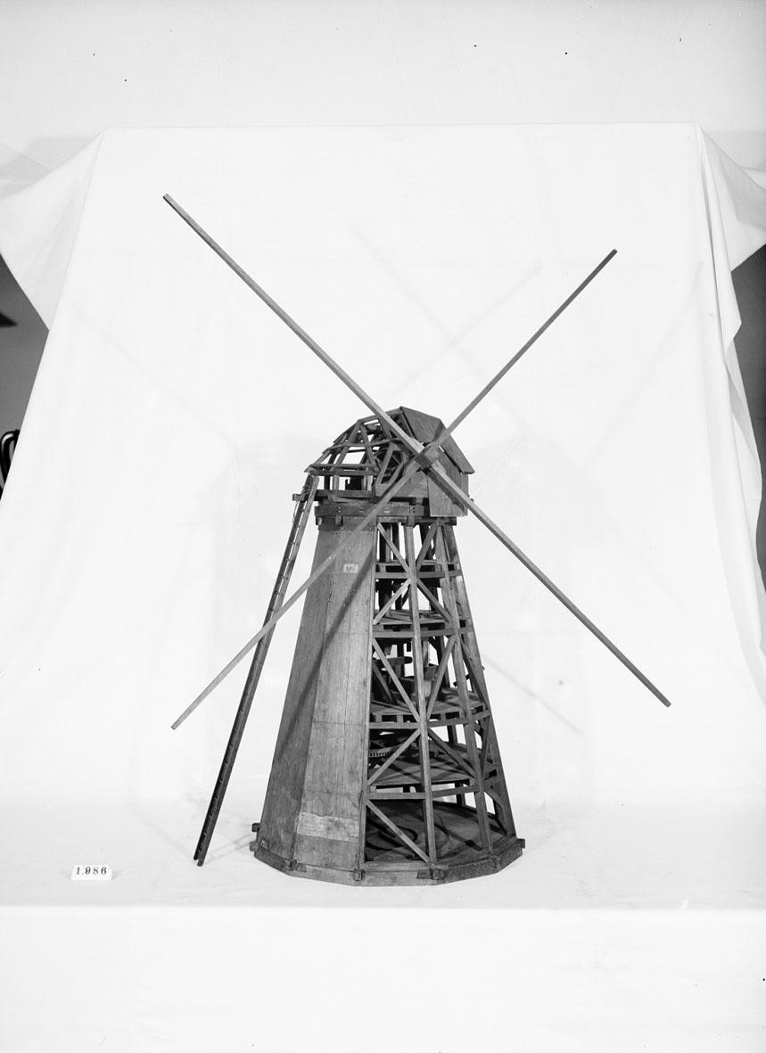 """Modell av väderkvarn Text på föremålet: """"N:o 299. Modell på wäderqvarnsinrättning att i lungt wäder malningen må kunna fortsättas medelst hästwind. Inventd af Capitain Herr Carl Knutberg .... år 1752 ...... . XII.31. X.G.1."""""""