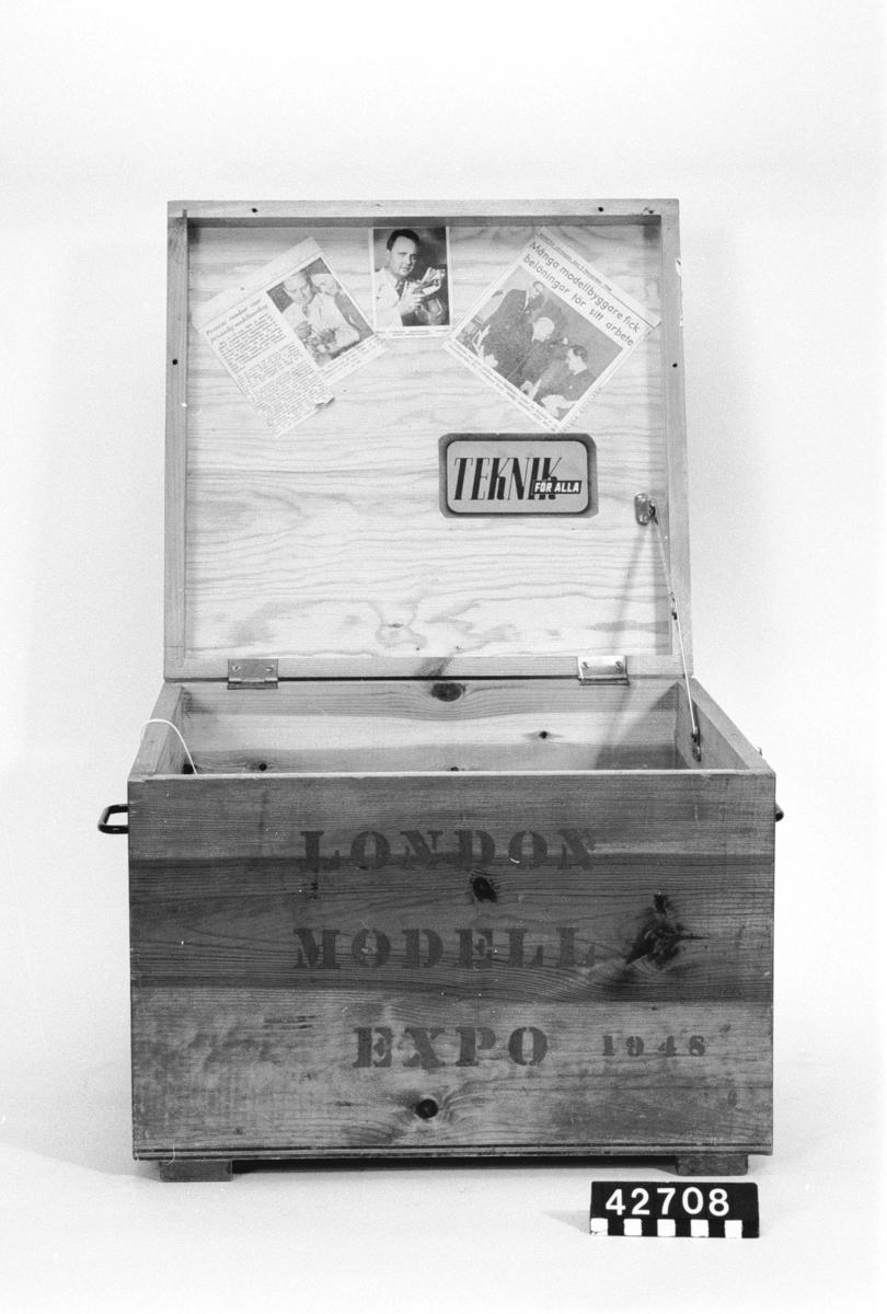 """Trälåda för modeller m.m. Lådan är märkt: """"London Model Expo 1948"""" samt """"Stockholm London"""". Lådan har 4 tidningsurklipp fastklistrade på undersidan av locket, dessutom 4 fotografier. På flera av dessa syns Harry Fjällström."""
