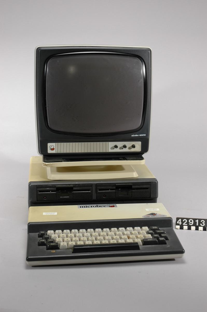 Persondator bestående av centralenhet, diskettenhet och bildskärm. Centralenhet Microbee Series 3. Ytterhölje i grå och svart plast. QWERTY-tangentbord med svensk layout. Inbyggd högtalare. Anslutningskontakter och expansionsport på baksidan. Processor: Zilog Z80 RAM-minne: 128 kB Operativsystem: Digital Research CP/M-80  Diskettenhet Microbee SBC01. Ytterhölje i grå och svart plast. Två diskettenheter för 5,25-tums disketter, enkelsidiga, 386 kB.  Microbee Monitor M 35-2. Ytterhölje i grå och svart plast. 12-tums katodstrålerör, monokrom. Bildskärmen står på en vridbar platt i vit plast som placeras ovanpå diskettenheten. Tillbehör: 10 st. 5,25-tums disketter i kartong. Två nätsladdar samt en monitorkabel.
