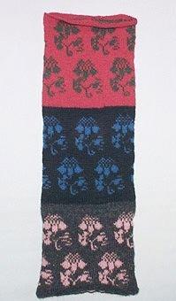 """Stickprov i 2-trådigt ullgarn. Mönstret """"Nejlikan"""" i tre olika färgkombinationer, röd/grön, svart/blå och natursvart/rosa."""