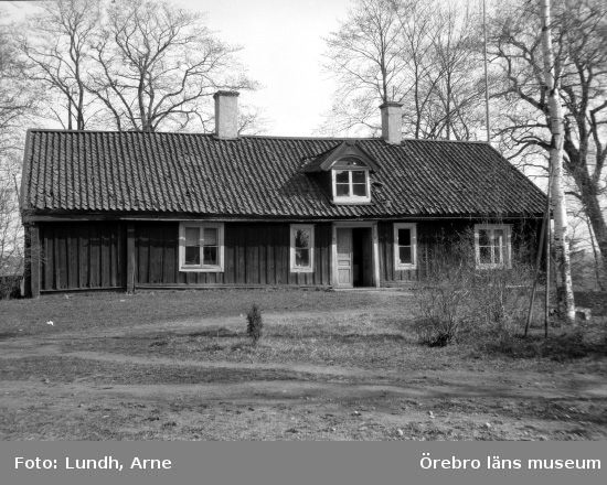 Bild av ett icke namngivet hus. Det kan ev ha varit ett bostadshus.