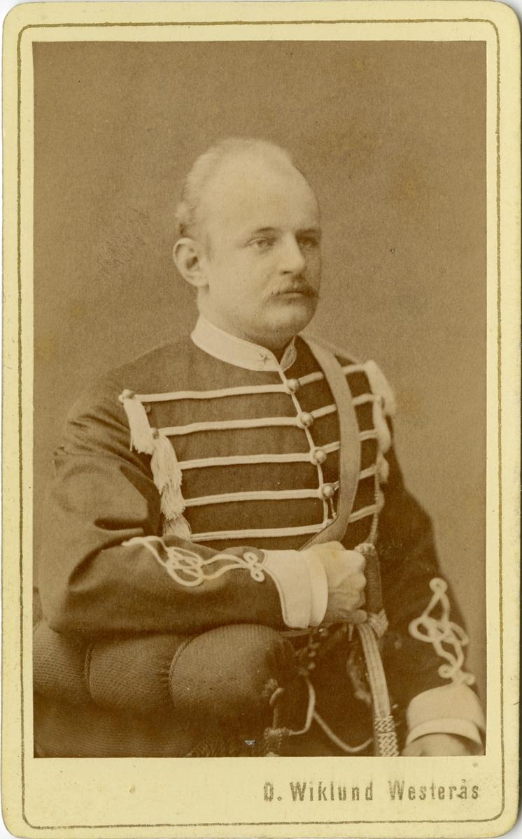Porträtt av Fredrik Gustaf Cassel, löjtnant vid Livregementets husarkår K 3. Se även bild AMA.0008540, AMA.0009678 och AMA.0009809.