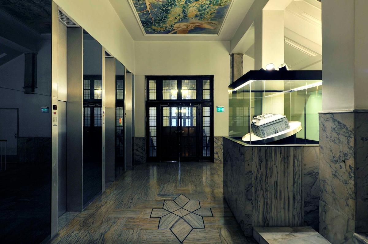 Telegrafbygningen i Oslo er tegnet av arkitektene Magnus Poulsson og Arnstein Arneberg i 1916. Stilmessig kan bygget betegnes som nasjonalromantisk/jugend. Av spesiell antikvarisk interesse er fasadene kledd og utsmykket med hugd granitt, i tillegg til hovedtrappen i marmor med den gedigne lysekronen og publikumsekspedisjonen med inngangspartiet og taket samt Telegrafstyrets kontorer i 3. etasje. Innvendig er bygget så og si fritt for treverk. Det skulle være et brannsikkert monumentalbygg, som skulle hegne om det som tidlig i 1920-årene var landets viktigste nervesenter. Det er brukt norsk marmor i alle trapper og på gulv i fellesarealene, og ornamenter er hugd i stein eller støpt i betong. Bygget huser Norges kanskje største lyekrone - en messinglysekrone i hele seks etasjer mindt i trappeløpet.