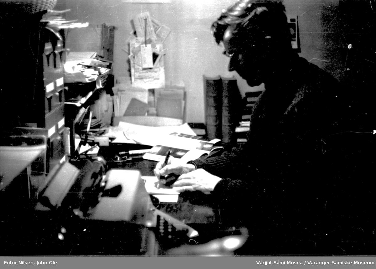 Portrett av John Ole Nilsen hjemme i Bunes, han sitter i kontorkroken sin og arbeider. 1966.
