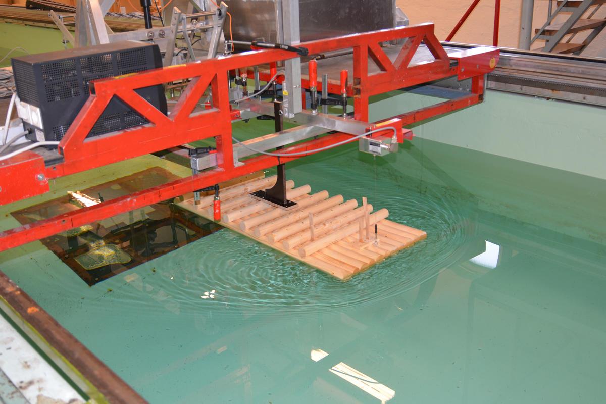 Nøyaktige målinger i NTNUs skipsmodelltank (Foto/Photo)