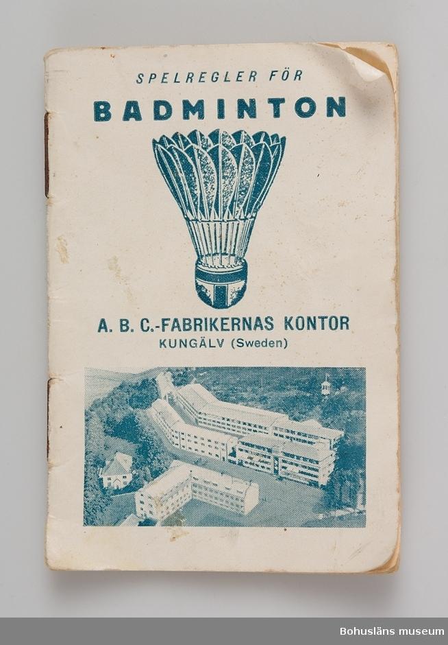 """Häfte i fickformat med spelregler för badminton, tryckt 1936, 18 sidor. På framisdan tryckta texten: SPELREGLER FÖR BADMINTON A.  B. C. - FABRIKERNAS KONTOR KUNGÄLV (Sweden)  Avslutningsvis med texten: """"Badminton är ett spel för gammal  och ung och betydligt billigare att ut- öva än tennis."""" Blå text med fotografi på ABC-fabrikerna i Kungälv.  Badminton spelades på tomten och nätet spändes upp mellan två tallar. Det hände ofta att fjäderbollarna fastnade i grenverket. Dessa fick man försöka dra ner med krattor. De medföljande badmintonbollarna är senare komplement. De ursprungliga hade en gummibotten samt vita fjädrar. Se fotografi UMFA55058:0014.  Föremålet har använts av familjen Abrahamson i deras sommarstuga i Sundsandvik, byggd 1939. För ytterligare upplysningar om förvärvet, se UM031385."""