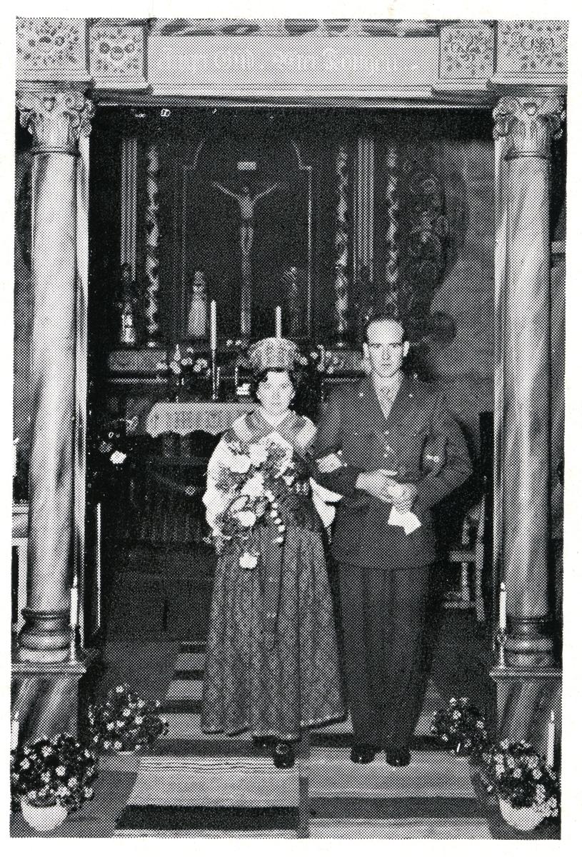 Brudepar på vei ned fra alteret. Kvinnen er iført bunad og mannen uniform.