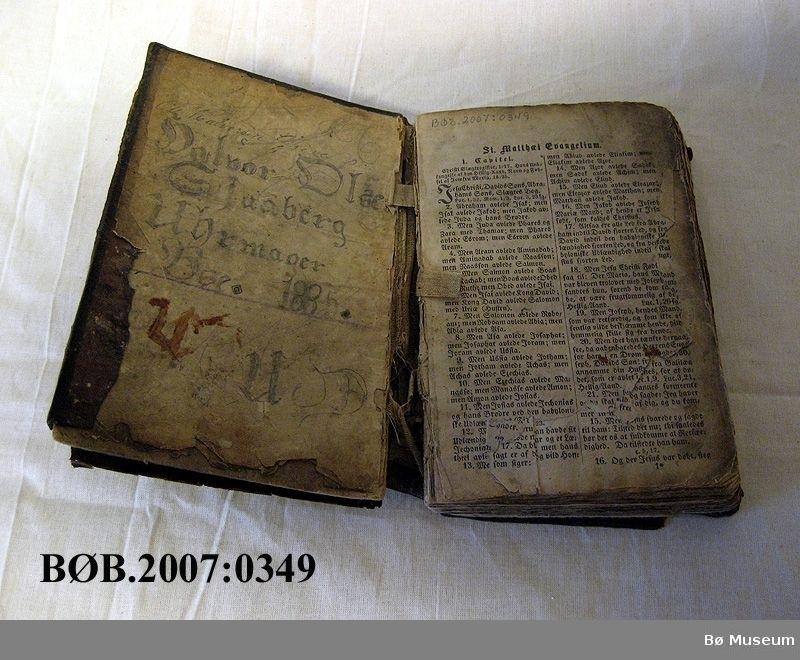 Bibel med skinninnbinding og gotisk skrift.